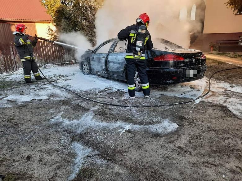 Pożar samochodu w Stalach. Auto spłonęło doszczętnie [ZDJĘCIA]