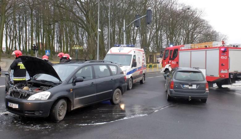 Wszystko dlatego, że z przeciwnej strony na skrzyżowanie wjechał inny kierowca i skręcając w lewo nie ustąpił jej pierwszeństwa przejazdu. Kobietę z