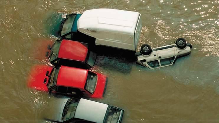 Opole 1997. Ulica Koszyka. Woda zaczynana opadać, odsłaniając zatopione samochody.