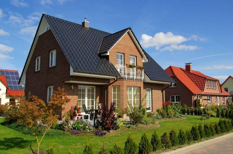 Rynek nieruchomości ma się coraz lepiej. Ceny mieszkań i domów idą coraz wyżej, co niekoniecznie połączone jest niestety z naszymi zarobkami. Dziś na