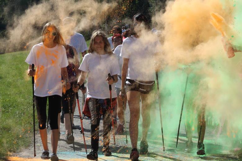 Za nami kolejna edycja zawodów KolorLOVE Łazy, które nawiązują do kultowego Festiwalu Kolorów. W tym roku wzięło w niej około 100 biegaczy, rowerzystów