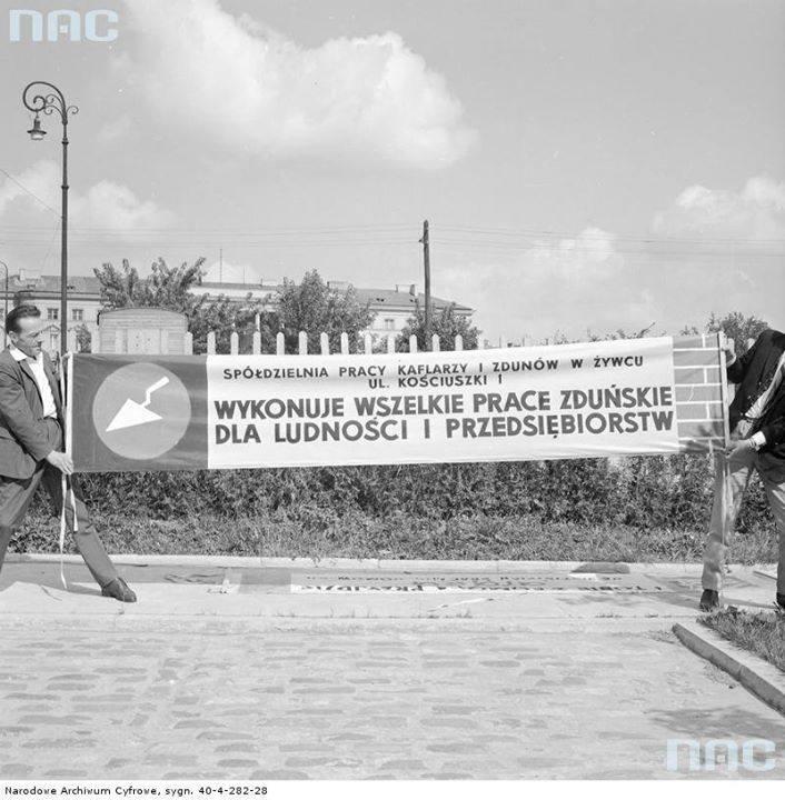 Baner reklamowy Spółdzielni Pracy Kaflarzy i Zdunów w Żywcu na trasie Wyścigu Pokoju
