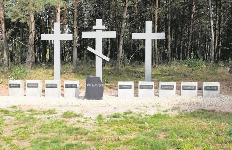Na cmentarzu, z inicjatywy ówczesnego burmistrza  postawiono 3 drewniane krzyże (w tym jeden prawosławny) oraz pamiątkowe tablice upamiętniające jeńców różnych narodowości