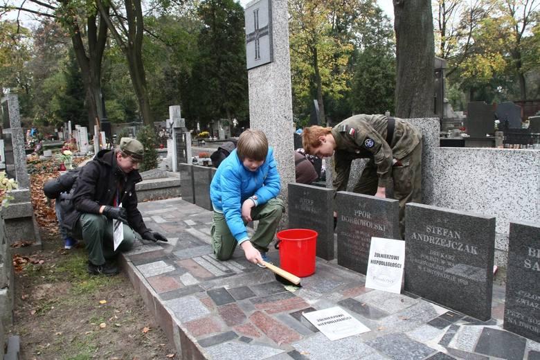 Tydzień Patriotyczny zaczęto od sprzątania cmentarza
