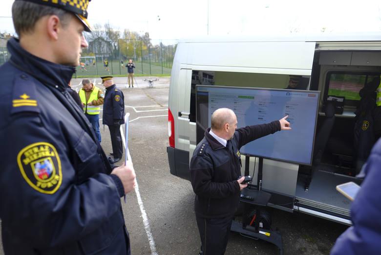 Prezentacja nowego drona straży miejskiej do sprawdzania zanieczyszczenia powietrza w Toruniu.