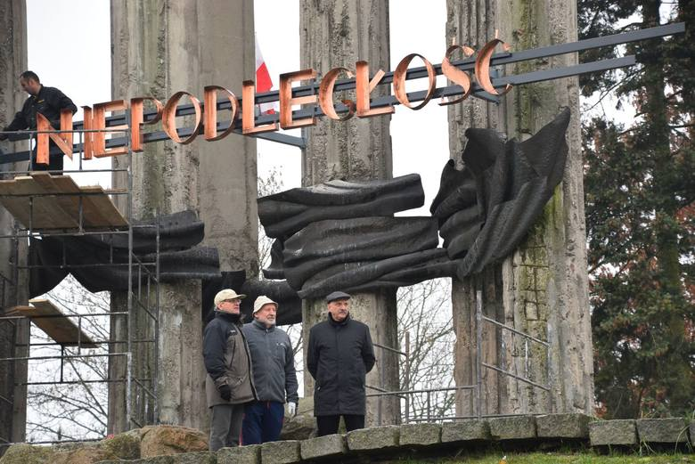 Wszystkie litery już zamontowane  na Pomniku Bohaterów Ziemi Białostockiej. Klikając w kolejne zdjęcia, dowiesz się skąd wziął się napis i zobaczysz,