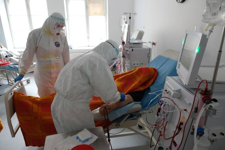 Chociaż w ostatnich dniach w Polsce wyraźnie spadła liczba nowych zakażeń koronawirusem, niepokoi duża liczba zgonów. Na dodatek pod względem dziennej