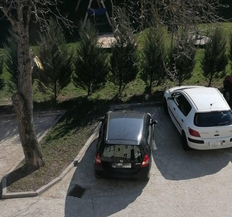 Na parkingu przed blokiem przy Mickiewicza pojawiło się auto rodzinny jednego z pracowników poddanych kwarantannie - zamazać numery