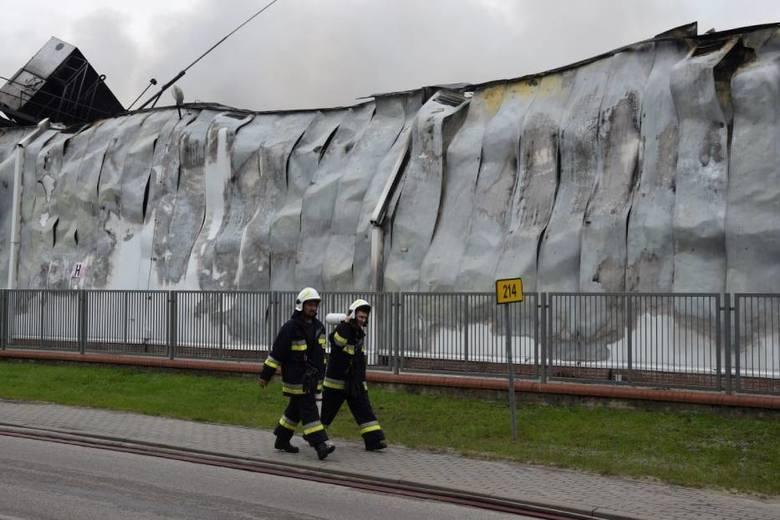 Pożar w Skórczu. Ratownicy wciąż pracują na miejscu pożaru w Iglotexie. Trwa proces spalania amoniaku