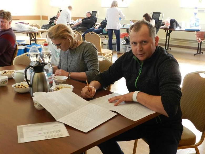 Zbiórkę w GOK-u przeprowadziła ekipa bydgoskiego RCKiK. Krew chciało oddać  31 osób, udało się 21 - łącznie 9,45l. Czterech zrobiło to pierwszy raz