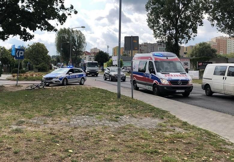 Do potrącenia rowerzysty doszło w czwartek, 8 sierpnia, na ul Zacisze w Zielonej Górze. Potrącony przez samochód rowerzysta został zabrany do karetki.
