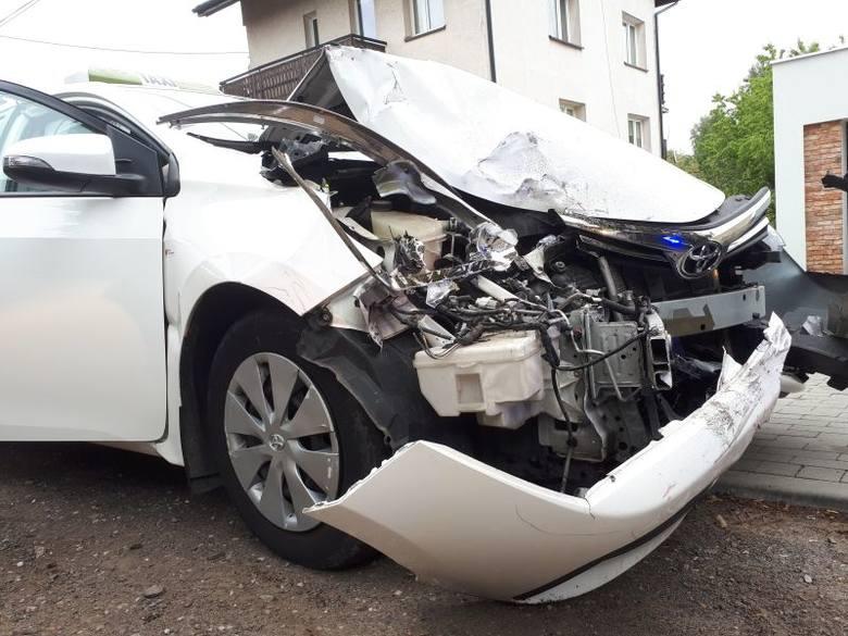 Do kolejnego wypadku doszło na ulicy Wólczańskiej. Tam samochód uderzył w dwa zaparkowane auta. Jak się później okazało, kierowca i pasażer uciekli z