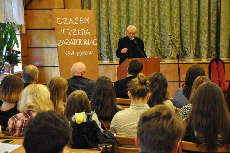 Ks. Adam Boniecki na spotkaniu w Zespole Szkół w Oleśnie.