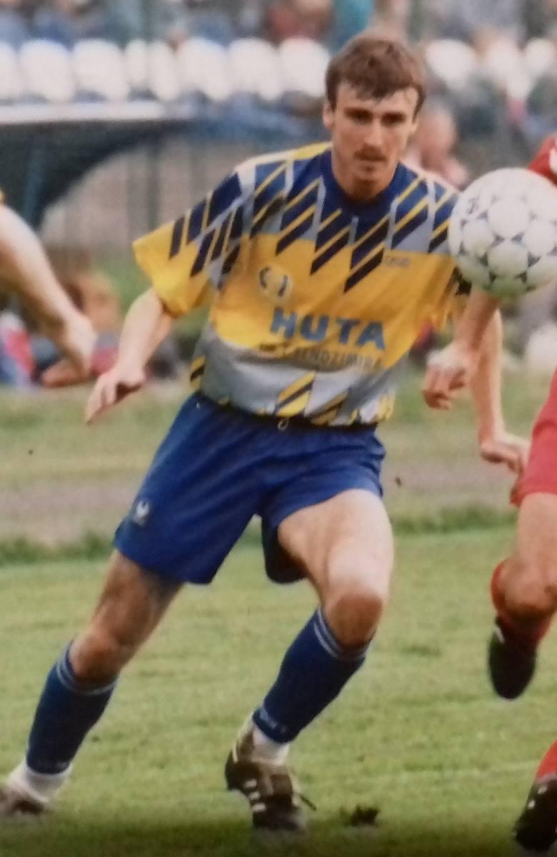 Połowa lat 90. - i strój w niebiesko-żółtej kolorystyce. Nie ostatni