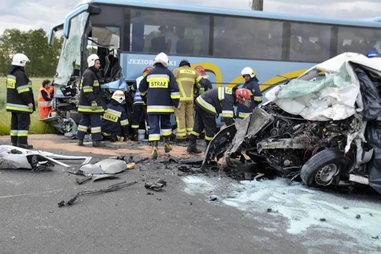 Na drodze krajowej nr 91 w miejscowości Modlibórz (gm. Lubień Kujawski) doszło do zderzenia samochodu dostawczego z autokarem, którym podróżowała młodzież.Na
