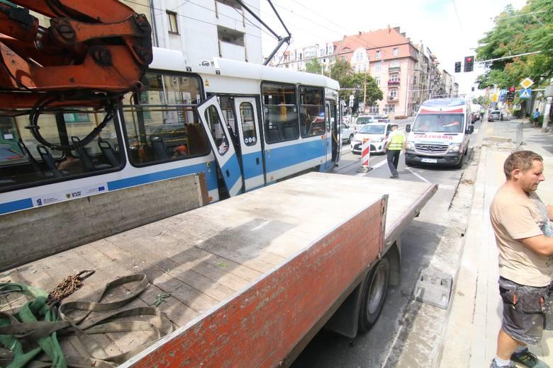Wypadek na Traugutta. Dźwig wyrwał drzwi tramwaju (ZDJĘCIA)