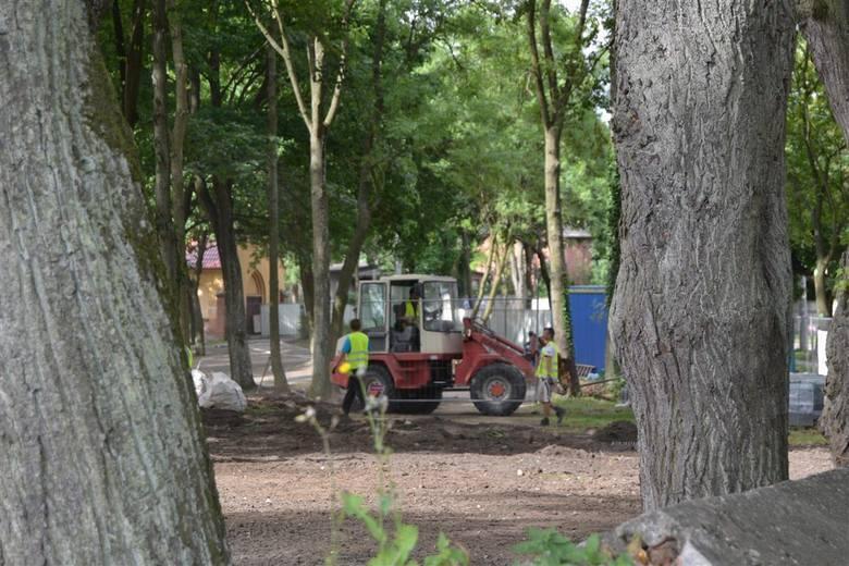 Przeprowadzone niedawno badania potwierdziły, że na byłym cmentarzu ewangelickim - a  obecnym parku rozrywki w Skarszewach - spoczywa ponad tysiąc o