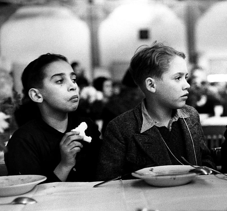 Żydowskie dzieci ocalone z Holokaustu przed autobusem - po napadach na wille w Rabce, kiedy zapadła decyzja o wyjeździe w Polski.