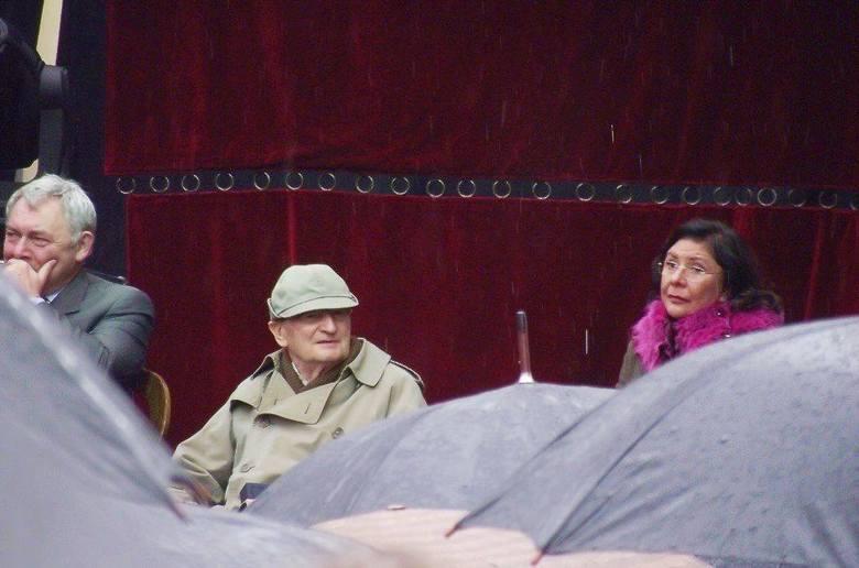 Sławomir Mrożek z żoną i prezydentem Majchrowskim