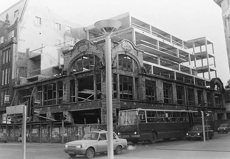 Kiedy 24 maja 1990 roku spłonął Dom Buta (dawny magazyn konfekcyjny Emila Schmechela), zabytkowy  budynek przy skrzyżowaniu ulic Piotrkowskiej i Tuwima,
