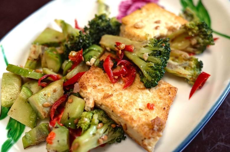 Tofu smażone z warzywami to najprostszy posiłek diety Eco-Atkins.