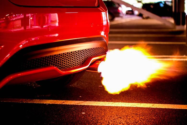 Najszybsze samochody świata potrafią jeździć z taką prędkością, jakiej wielu z nas nigdy nie uda się doświadczyć. Maksymalnie 140 km/h na autostradzie?