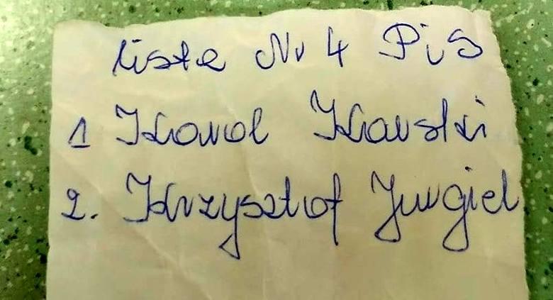 Takie karteczki mieli mieć upośledzeni pensjonariusze Domu Pomocy Społecznej w Tykocinie, gdy przyjechali na głosowanie do jednego z lokali wyborczych.