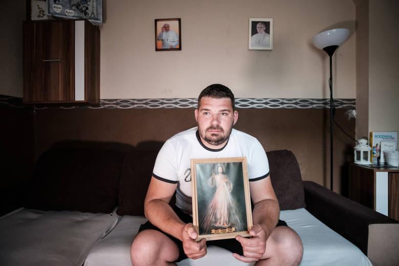 Szymon z Chodzieży ma żal do kurii, że do tej pory nie przekazała materiałów ws. księdza, który miał go gwałcić i molestować.