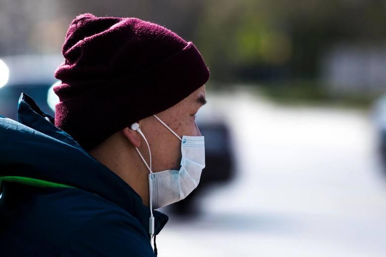 Policjanci w Polsce sprawdzają, czy wszyscy, zgodnie z rządowym rozporządzeniem, noszą maseczki ochronne lub w inny sposób zasłaniają usta i nos. Czy
