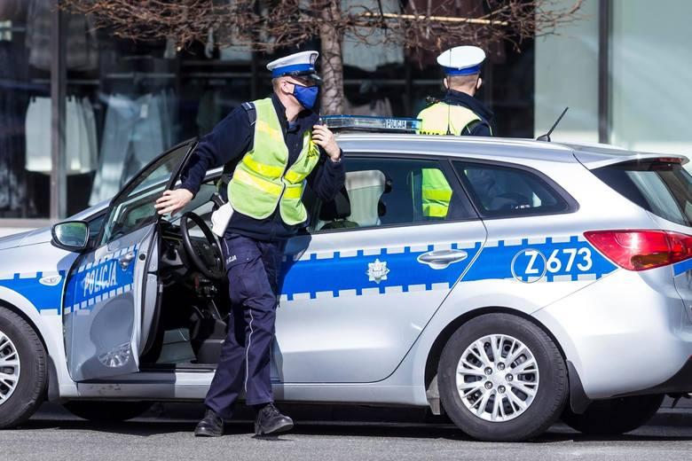 Policjanci w Polsce sprawdzają czy wszyscy, zgodnie z rządowym rozporządzeniem, noszą maseczki ochronne lub w inny sposób zasłaniają usta i nos. Czy