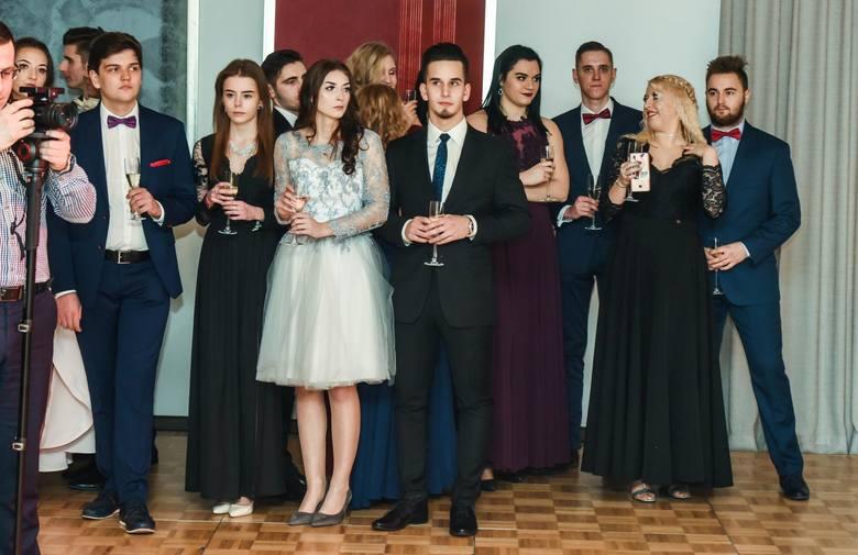 26 stycznia 2019 roku odbyła się studniówka V Liceum Ogólnokształcącego w Bydgoszczy. Tegoroczni maturzyści bawili się w hotelu City. Zobacz zdjęcia