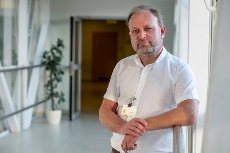 Zdaniem dr. Ozorowskiego najlepiej byłoby zakładać maseczkę dopiero wchodząc do sklepu, a nie na nosić ją na ulicy, gdzie nie ma tłumów.