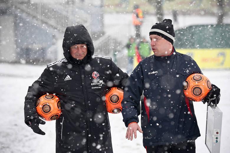 Trener Waldemar Walkusz i sędzia techniczny Mariusz Korpalski dbali o pomarańczowe piłki potrzebne do gry na śniegu.
