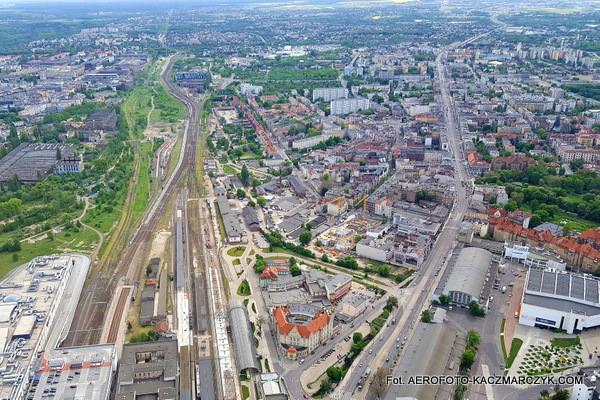 Marek Kaczmarczyk po raz kolejny wbił się nad dachami Poznania. Tak dzisiaj wyglądają największe inwestycje w mieście z lotu ptaka.