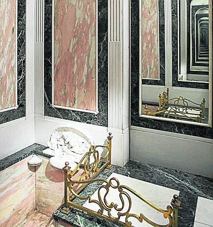 Wyjątkowym miejscem w zamku jest mała, osobista łazienka księżnej Daisy. Wanna wpuszczona jest tu w posadzkę i prowadzą do niej  dwa schodki, z kolei armatura ukryta jest pod białą muszlą. Pokojówki wchodziły tu  wprost z korytarza  przez  przesuwne drzwi zamaskowane lustrem.
