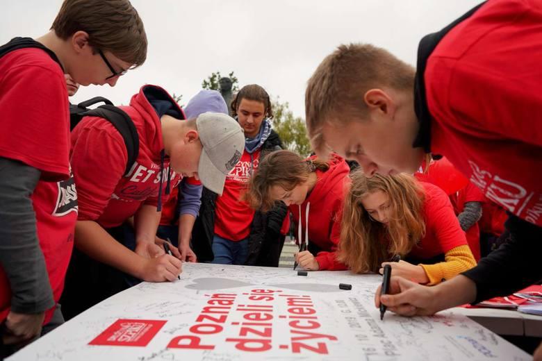 Poznań dzieli się życiem - to projekt poznańskiej Drużyny Szpiku. Wolontariusze dzielą się z poznaniakami swoją wiedzą na temat oddawania krwi, bycia