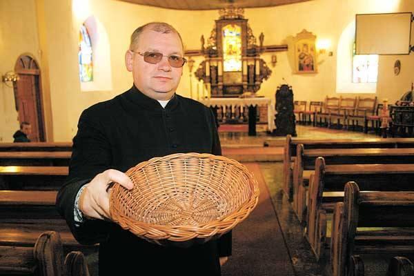 Kolejna niedziela bez pieniędzy z tacy, Wielkanoc bez ofiar wiernych - kościoły szybko zaczęły narzekać na biedę. >>>>>>>>