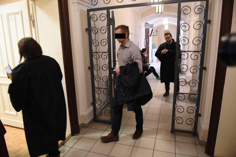 Oskarżony o gwałt i podejrzany o wykorzystanie 4 kolejnych kobiet były policjant z Brodnicy idzie za kraty. Sąd Okręgowy w Toruniu postanowił dziś (12.02)