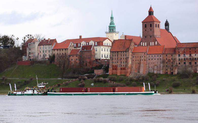 Barka płynie Wisłą z Gdańska do Chełmna. To pierwszy komercyjny transport kontenerowy od wielu lat. Transportowi towarzyszy jednostka   Regionalnego