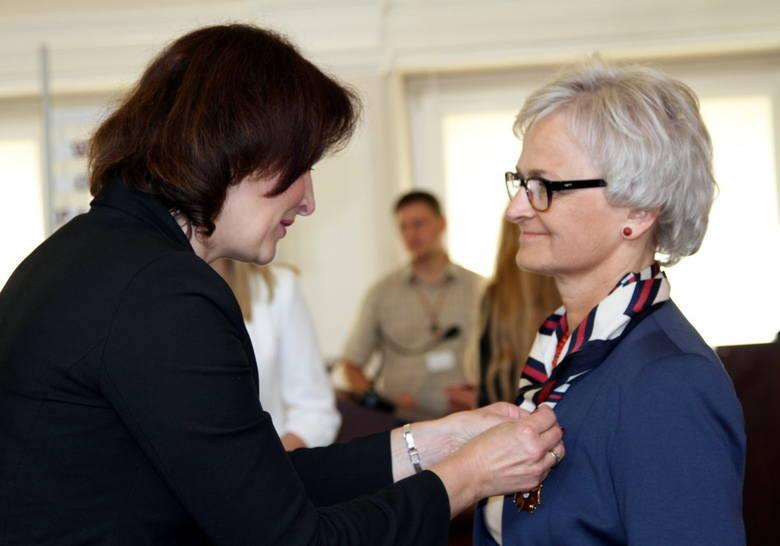 Wojewoda Ewa Leniart odznacza Marię Dekert Złotym Krzyżem Zasługi za ofiarną działalność publiczną spełniając czyny przekraczające zakres zwykłych obowiązków,