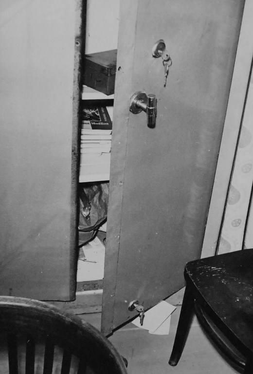 Klucze znaleziono w zamkach w metalowej szafie.