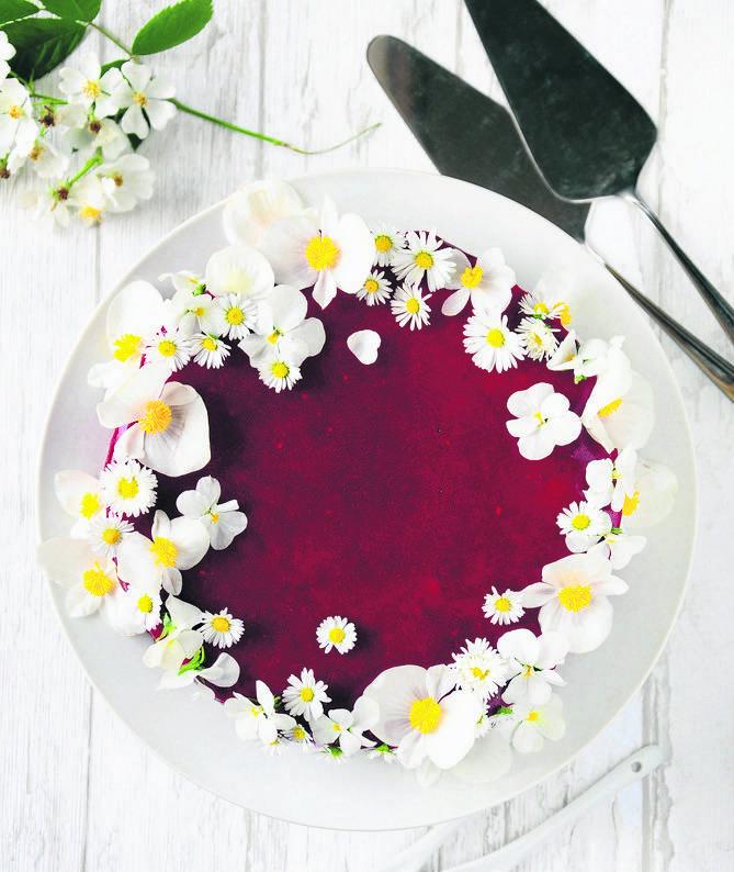 Tort biało-czerwony z kremem różanym i lustrem malinowym<br />