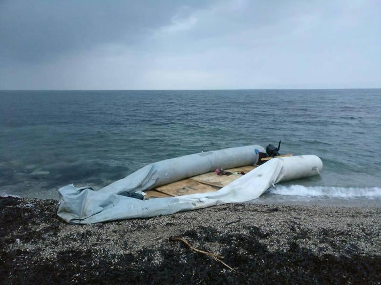 - To były dmuchane pontony z dnem utwardzanym dyktami, w których płynęło po 30-35 osób w każdym wieku - opowiada pani Karolina, która w szeregi służby