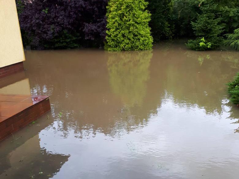 """Na alarm@gk24.pl napisała do nas Internautka: """"Wtorkowy poranek - woda z  drogi gminnej wlewa się na sąsiednie posesje. Co gorsza wybija kanalizacja. Gminne służby rozkładają ręce""""."""