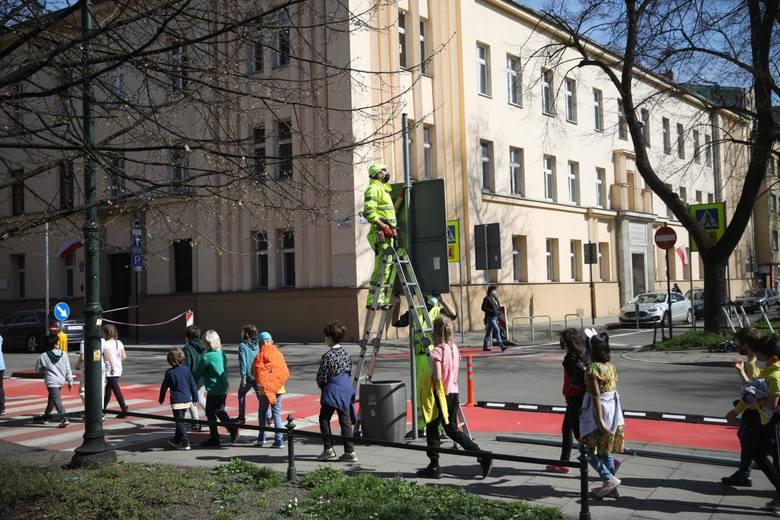 Na ulicach Retoryka i Smoleńsk wprowadzane są zmiany w organizacji ruchu. Okoliczni mieszkańcy alarmują, że takie działania spotęgowały problemy parkingowe