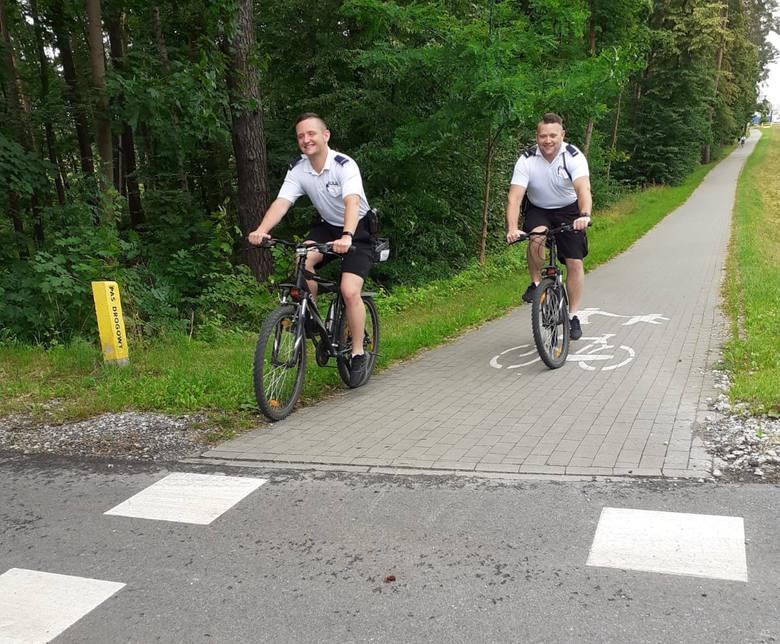 Seniorzy z Tucholi na rajdzie rowerowym z policjantami