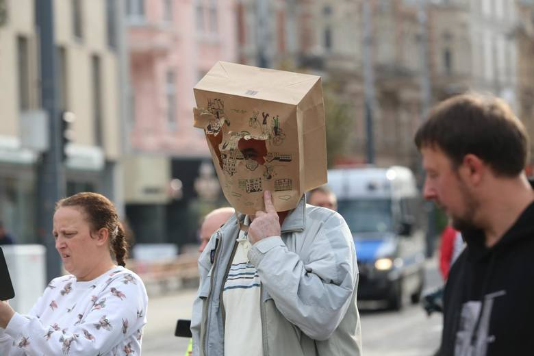 Manifestacje osób, które nie wierzą w pandemię koronawirusa, odbyły się w weekend 10-11.10.2020 w kilkudziesięciu miastach Polski