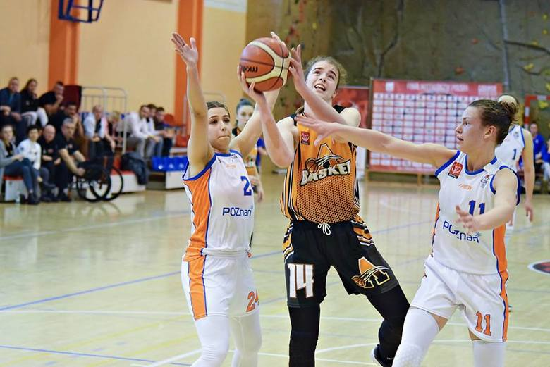 W meczach Basketu Aleksandrów wspaniale walczyła także Aleksandra Pszczolarska (numer 14)