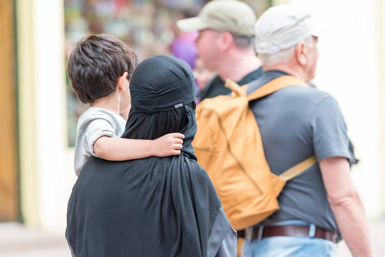 Zakopane. To nie żarty! Arabowie rozdają pieniądze dzieciom na Krupówkach [14.08.19]