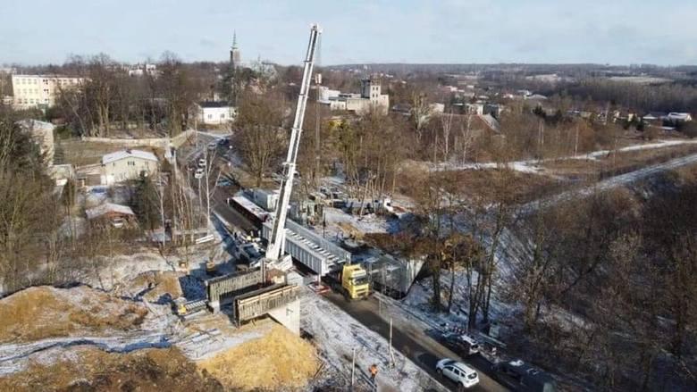 Tak wyglądał montaż nowego przęsła wiaduktu kolejowego w Wojkowicach Zobacz kolejne zdjęcia/plansze. Przesuwaj zdjęcia w prawo - naciśnij strzałkę lub